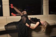 Vestito d'uso da eleganza della bella e donna sexy Fotografia Stock Libera da Diritti