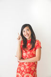 Vestito d'uso dal cinese tradizionale della donna asiatica che indica su immagine stock libera da diritti