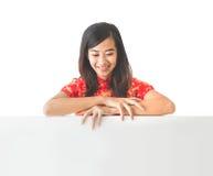 Vestito d'uso dal cinese tradizionale della donna asiatica che tiene briciolo in bianco immagine stock
