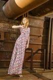 Vestito d'uso dal lond della ragazza sulla nave Fotografia Stock