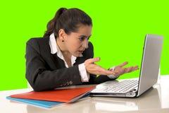 Vestito d'uso dalla donna di affari che lavora alla chiave di intensità di verde del computer portatile fotografie stock libere da diritti