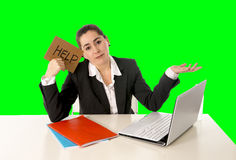 Vestito d'uso dalla donna di affari che lavora alla chiave di intensità di verde del computer portatile fotografia stock libera da diritti