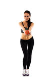 Vestito d'uso di addestramento della ragazza esile che offre un pomodoro Fotografia Stock