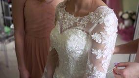 Vestito da aiuto di due amiche la sposa stock footage