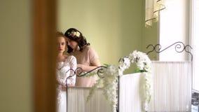 Vestito da aiuto di due amiche la sposa Ognuno sta sorridendo, le ragazze è decorato con i fiori video d archivio