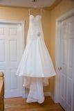 Vestito da cerimonia nuziale d'attaccatura Fotografie Stock Libere da Diritti