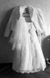Vestito da cerimonia nuziale della sposa su un gancio Immagine Stock