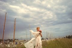 Vestito da cerimonia nuziale Sposa sensoriale in yacht club Fotografia Stock