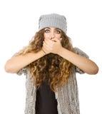 Vestito da inverno per una ragazza con nascondersi della bocca fotografia stock libera da diritti