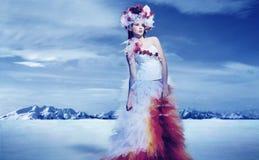 Vestito da portare dalla sorgente della giovane donna Fotografie Stock Libere da Diritti