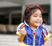 Vestito da principi di Potrait con la ragazza asiatica sveglia Fotografie Stock Libere da Diritti