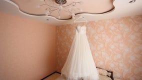 Vestito da sposa bianco che appende nella stanza rosa archivi video