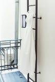 Vestito da sposa bianco splendido su una scala di fuoco al balcone accessori delle spose in un giorno delle nozze Fotografia Stock