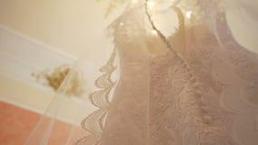 Vestito da sposa che appende nella stanza video d archivio