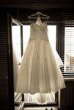 Vestito da sposa che appende sopra la porta Fotografia Stock Libera da Diritti