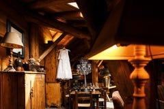 Vestito da sposa che appende su un gancio in una stanza, in un armadietto, nelle tavole, negli scacchi e nelle lampade Immagine Stock