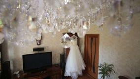 Vestito da sposa che appende sulla porta stock footage
