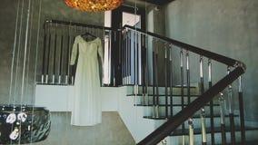 Vestito da sposa che appende sulle scale archivi video