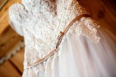 Vestito da sposa che aspetta fino al suo uso immagini stock
