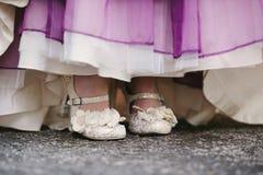 Vestito da sposa con la porpora. fine di accento. Fotografia Stock
