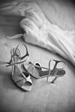 Vestito da sposa con le scarpe, il nero/bianco Fotografie Stock Libere da Diritti