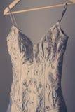 Vestito da sposa d'annata sbalorditivo su un gancio immagini stock