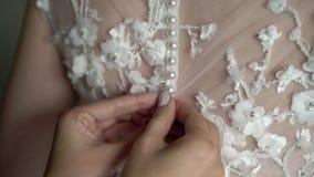 Vestito da sposa d'uso dalla sposa video d archivio