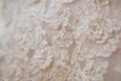 Vestito da sposa da bianco del pizzo del primo piano Immagine Stock