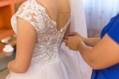 vestito da sposa dal pizzo della sposa bello sposa motning immagini stock libere da diritti