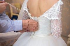 vestito da sposa dal pizzo della sposa bello sposa motning fotografia stock libera da diritti