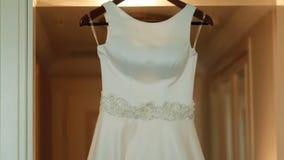 Vestito da sposa lussuoso decorato con i cristalli video d archivio
