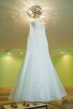 Vestito da sposa su un gancio Fotografie Stock Libere da Diritti
