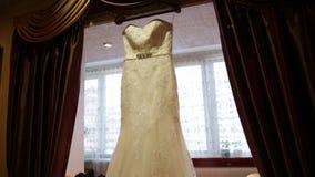Vestito da sposa sul fondo della finestra archivi video