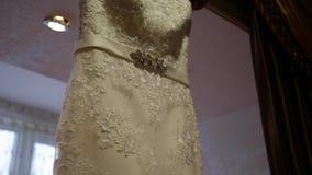 Vestito da sposa sul fondo della finestra stock footage