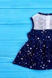 Vestito dal blu di bambino con un modello delle stelle Fotografia Stock