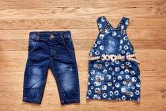 Vestito dal denim dei jeans del ` s dei bambini su fondo di legno Immagine Stock Libera da Diritti
