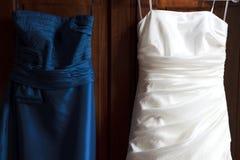 Vestito dalla damigella d'onore e dalla sposa immagine stock