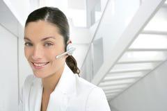Vestito dalla donna di affari del telefono della cuffia avricolare nel bianco Fotografia Stock