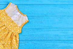 Vestito dalla neonata in stampa d'annata Immagine Stock Libera da Diritti