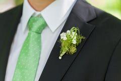 Vestito del nero dello sposo con la decorazione del fiore immagine stock libera da diritti