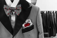 Vestito dell'uomo di galà con il pizzo rosso del pois e la sciarpa rossa per l'altra variazione, controlli il mio portafoglio Fotografia Stock