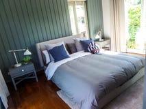Vestito della camera da letto in villa pattaya dello stagno immagine stock libera da diritti