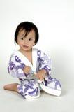 vestito di bagno da portare della bambina che tiene un toothbr Fotografia Stock Libera da Diritti