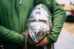 Vestito di Helmet Of Medieval del cavaliere dell'armatura sulla Tabella Fotografie Stock