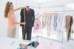 Vestito di misurazione dello stilista femminile sul manichino fotografia stock