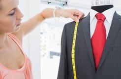 Vestito di misurazione dello stilista femminile sul manichino Fotografie Stock