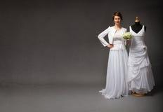 Vestito di prova dalla sposa per la celebrazione fotografia stock libera da diritti