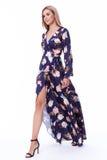 Vestito di seta lungo o di signora del modello di moda da usura abbastanza sexy dei capelli biondi Immagine Stock