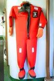 Vestito di sopravvivenza per nuoto del ghiaccio nel Mar Baltico congelato a bordo del rompighiaccio artico Sampo Fotografie Stock