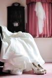 Vestito e scarpa dalla sposa di nozze Fotografia Stock